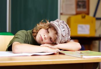 junge schläft in der Schule