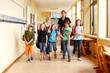 Leinwanddruck Bild - Grundschüler auf Flur