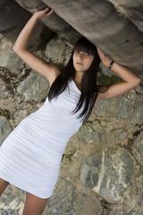 brune robe blanche