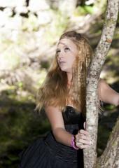 robe noire et arbre