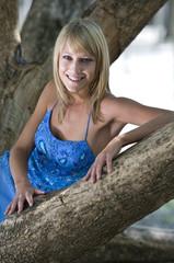 Blonde junge Frau in der natur.