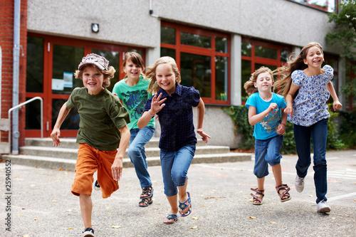 Leinwanddruck Bild Kinder laufen auf Schulhof