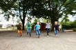 Kinder laufen auf Schulhof