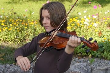 Junge mit Geige: Eine Serenade im Grünen