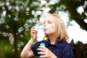 Kind macht Seifenblasen