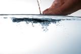 Hand im Wasser - Wasser tropft ab