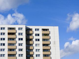 Zwei Hochhäuser mit Balkonen