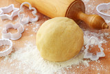 Rolling pin and shortcrust pastry on table