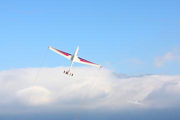 planeurs en voltige au dessus de la mer de nuage
