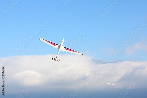 planeurs en voltige au dessus de la mer de nuage - 25974166