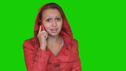 Девущка разговаривает по телефону. Сердится.