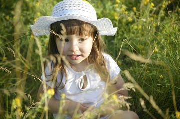 Маленькая девочка собирает цветы
