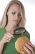 Frau untersucht einen Hamburger