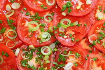 Tomatensalat mit Lauch und Schnittlauch.
