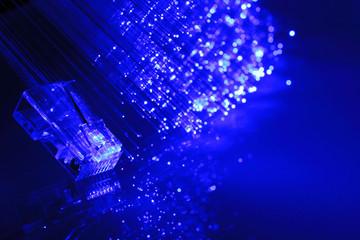 plug per adsl con fibra ottica su fondo blu