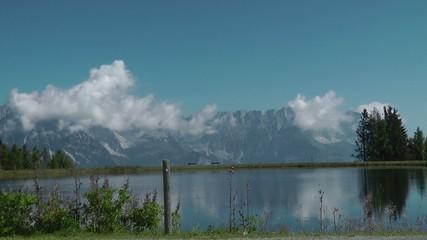 Bergsee mit Alpen-Gipfeln