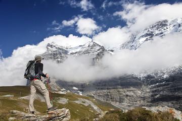 Wanderer in den Bergen vor dem Eiger