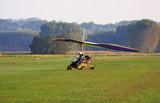 deltaplano atterra su un campo di grano poster