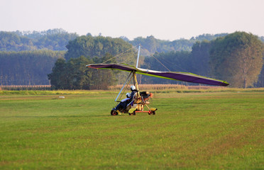 deltaplano atterra su un campo di grano