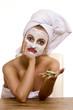 Frau mit Gesichtsmaske 240910-4