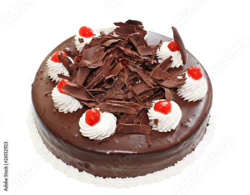 Шоколадный торт с кремовыми зефирками на белом фоне.