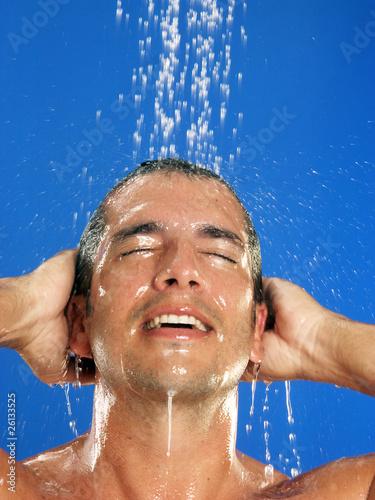 Hombre joven duchándose.