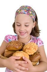 Mädchen mit Brotkorb zum Frühstück