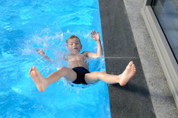 Sturz ins Pool