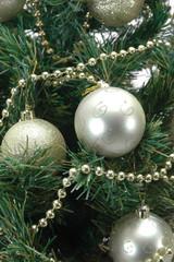 Bolas de navidad colgando del arbol