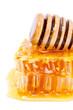 Détail rayon de miel et cuillère sur fond blanc