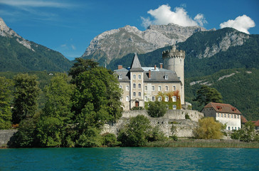 Chateau dominant un lac