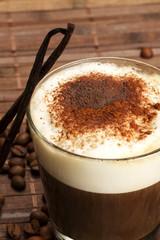 espresso mit milchschaum schokopulver vanilleschoten