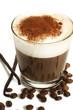 espresso mit milchschaum schokopulver bohnen und vanilleschoten