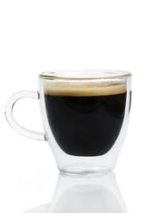 espresso von der seite in glastasse auf weissem hintergrund