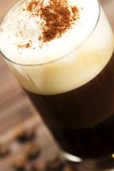 soft focus auf schokopulver auf milchschaum mit espresso