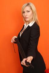 Frau mit Peitsche
