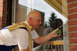 Fensterputzer bei der Arbeit