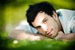 homme brun regard intense nature