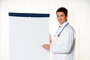 Erfolgreicher Arzt mit Flipchart bei Präsentation in Meetin