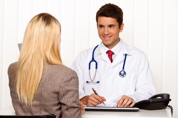 Arztgespräch. Patient und Arzt im Gespräch in Arztpraxis
