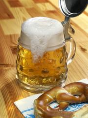 Bier und Brezel Schaum überlaufend