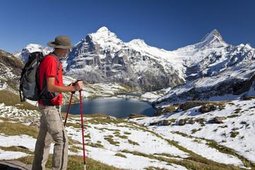Wanderer in den Bergen vor einem Bergsee