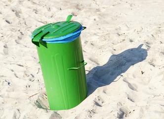 Grüner Mülleimer am Sand Strand