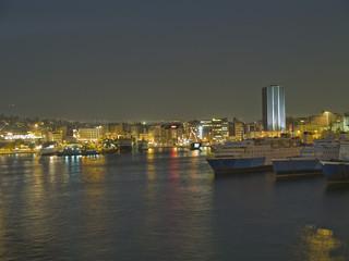 Vista nocturna del puerto del Pireo.Grecia