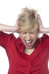 jeune fille hurlant les oreilles bouchées
