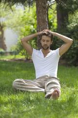 jeune homme cool zen décontracté dans nature