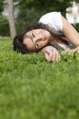 jeune femme rêverie couchée dans l'herbe