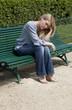 jeune fille triste sur un banc