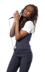 jeune femme chantant