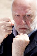 homme d'affaires retraité agressif